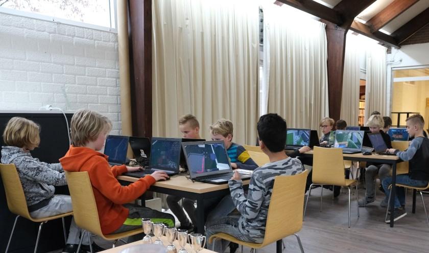 Kinderen die meedoen aan de Minecraft bouwwedstrijd krijgen een laptop te leen. (foto: PR)
