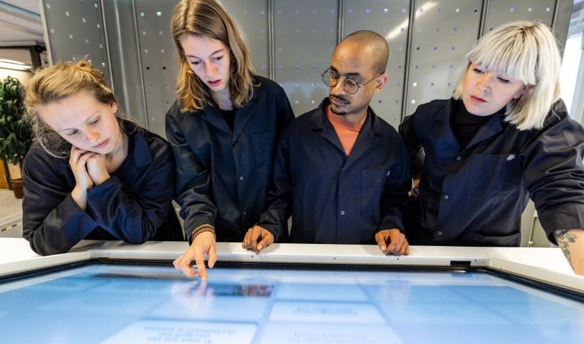 Bezoekers gaan undercover op een interactie ontdekkingstocht. (fFoto: Sarah-Dona Manev).