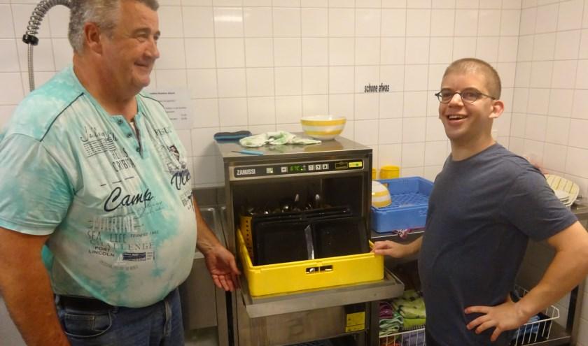 Vrijwilliger Jan (l) doet samen met deelnemer Maarten de afwas na weer een gezellige maaltijd van het Eethuis.