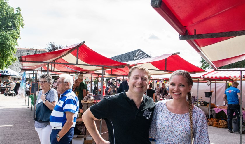 Harry Logtenberg en Daniella Linde zijn blij dat de tweede editie van de Vossenberg Streekmarkt weer zo druk bezocht was. (foto: Dennis Dekker)