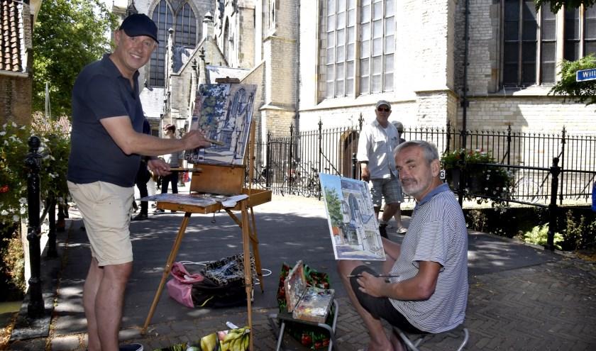 Jan de Jonge (l) en Bert Kuipers (r) hebben hun plek ingenomen op de brug bij de Sint Jan. Foto; Marianka Peters