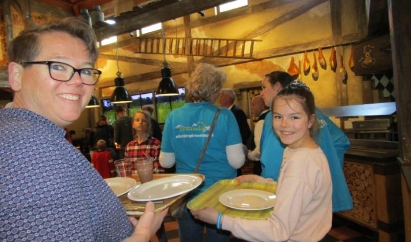 Nicole van Vliet en haar dochter aan de lunch tijdens 'hun' Droomdag in De Eemhof. Eigen foto