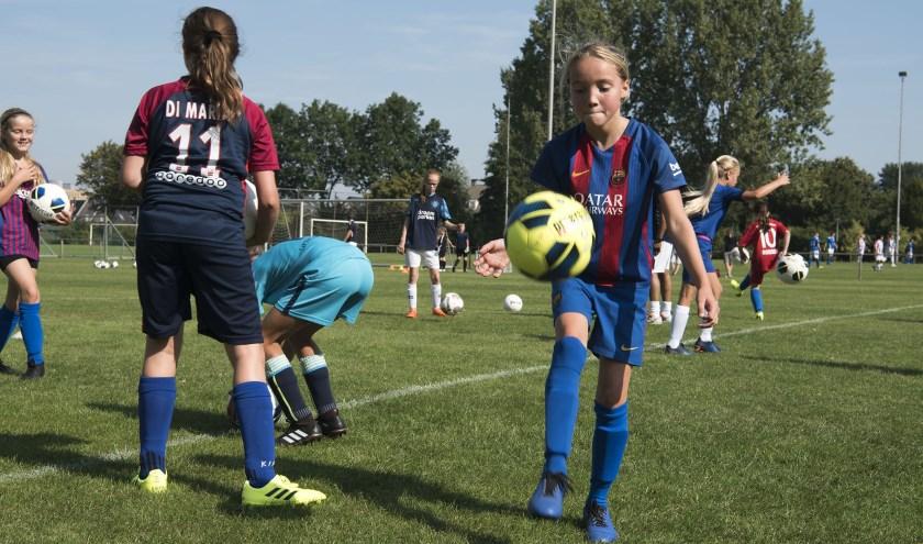 Opperste concentratie voor de voetbalsters in Huissen. Ondanks de hitte werd er volop getraind. (foto: Ellen Koelewijn)
