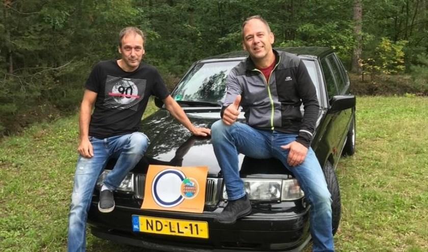 De Valkenswaardse broers Ed (links) en Ton Roosen bij hun 'ouwe rammelbak' . Foto: WéJé Producties