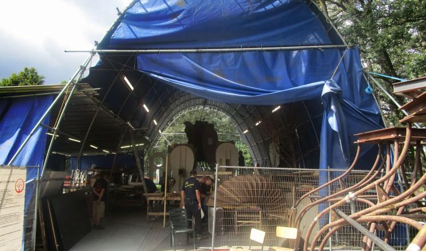 """Het thema van de wagen is 'Gevlucht uit het kamp Vught'. """"We kunnen de wagen in zijn geheel in deze tent bouwen. De tent is 25 meter lang, 8,5 meter breed, 7,5 meter hoog én stormvast."""""""