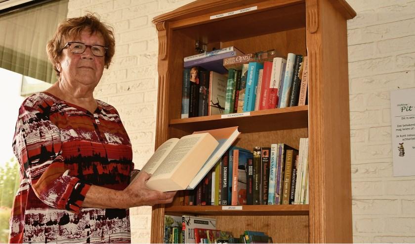 Bets Verstraten is initiatiefnemer van de openbare boekenkast in Pannerden. Inmiddels is gebleken dat van de boekenkast goed gebruik gemaakt wordt.
