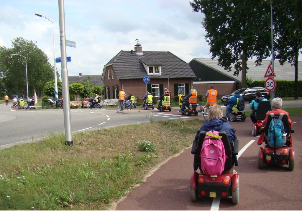 Bij de oversteekplaatsen wordt altijd voor de nodige beveiliging gezorgd voor de scootmobielberijders. Foto: Cees van Cuijlenburg © DPG Media