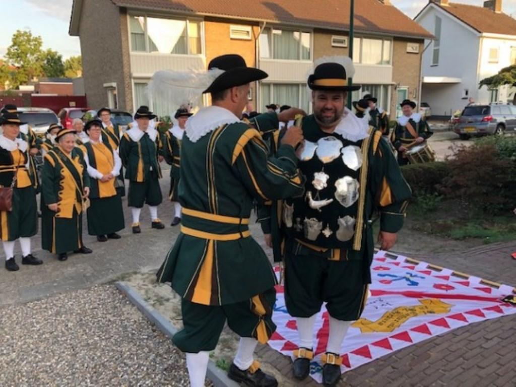 Coen krijgt het koningsvest omgehangen.   © DPG Media