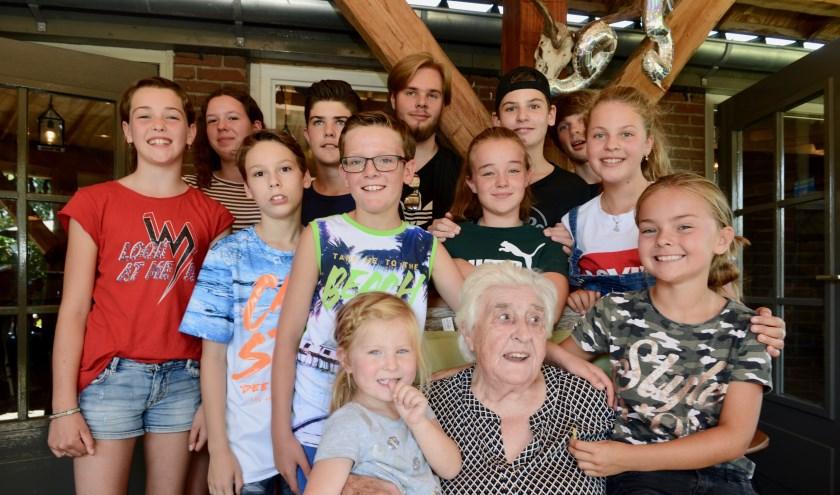 Oma Ria Bouwman omringd door haar achterkleinkinderen. Ze heeft negen kinderen, 17 kleinkinderen en 26 achterkleinkinderen.