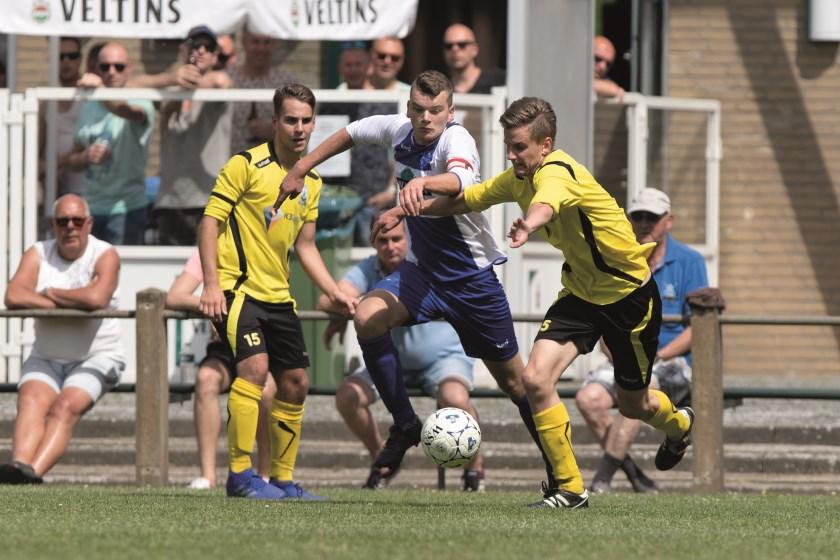 Ook twee tegenstanders kunnen Loo-aanvoerder Niels Mattijssen niet afstoppen in de promotiewedstrijd tegen RKPSC.