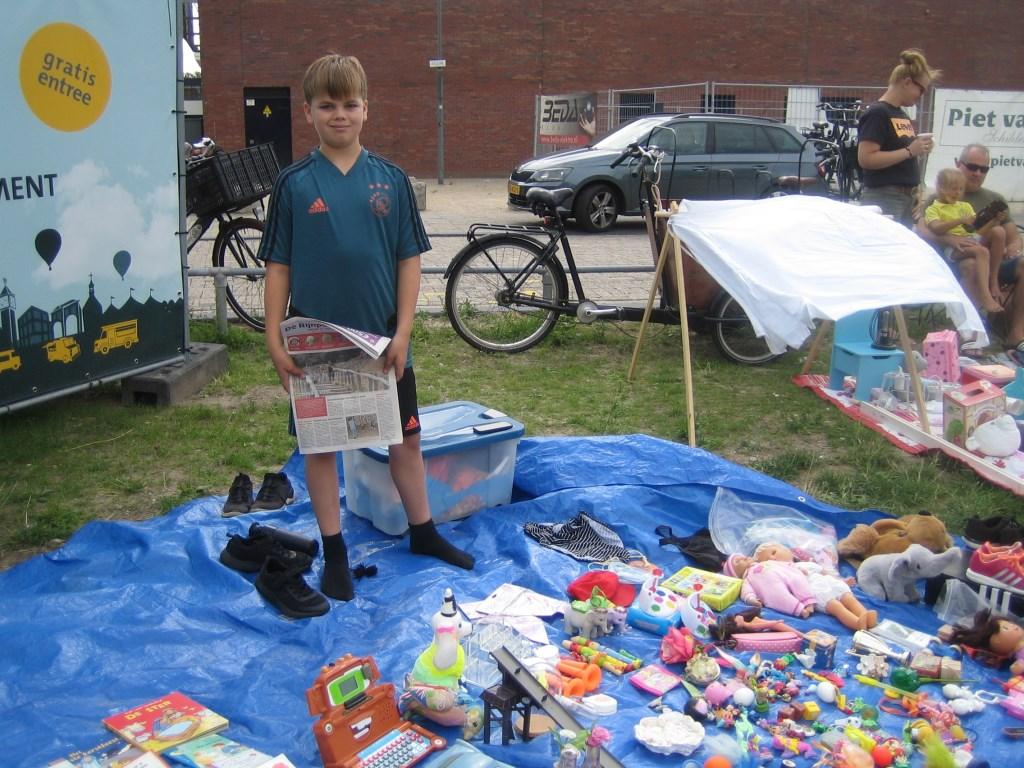 'Ik kijk altijd naar de foto's in de Rijnpost', aldus de 9-jarige Melchior.  © DPG Media