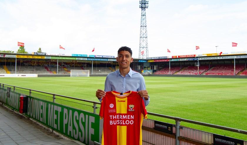 Zakaria Eddahchouri toont trots het shirt van Go Ahead Eagles in het stadion waarin hij snel hoopt te debuteren.