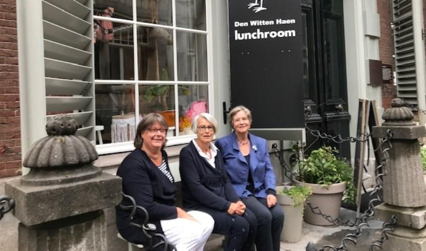 Het bestuur van de VVAO afd. Dordrecht/Gorinchem. Van links naar rechts:  Marjo Dekker, secretaris, Christine Rovers, penningmeester en Nancy Witsen Elias, voorzitter. (foto: pr)