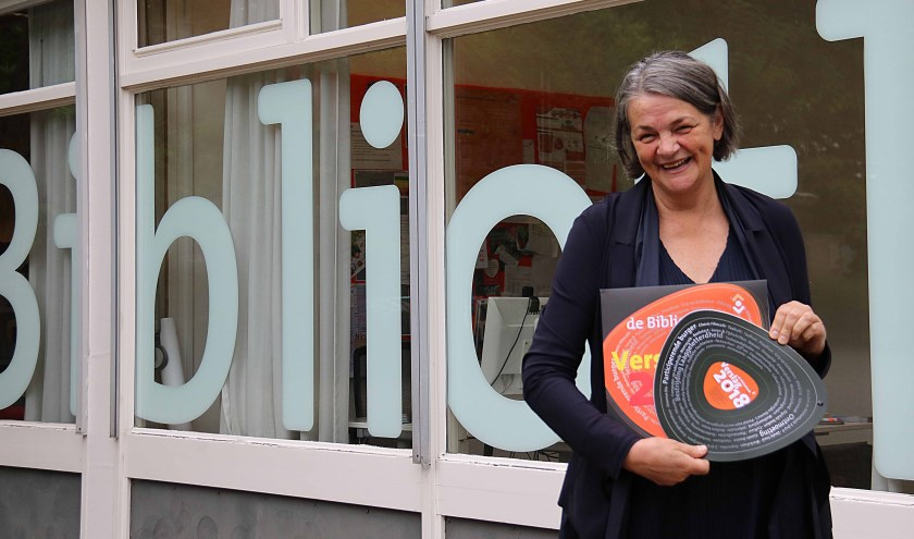 Mariet Wolterbeek nodigt belangstellenden uit om het jaarverslag in te zien. FOTO en tekst: Hanny van Eerden