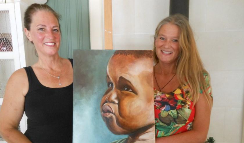 Links kunstenaar Petra Keijl die het doek 'De Afrikaanse kleuter' vervaardigde en rechts Willeke van Westing, die zich inmiddels vier-en-een-half jaar inzet voor Youth Support Gambia. (Foto: José Oosthoek)