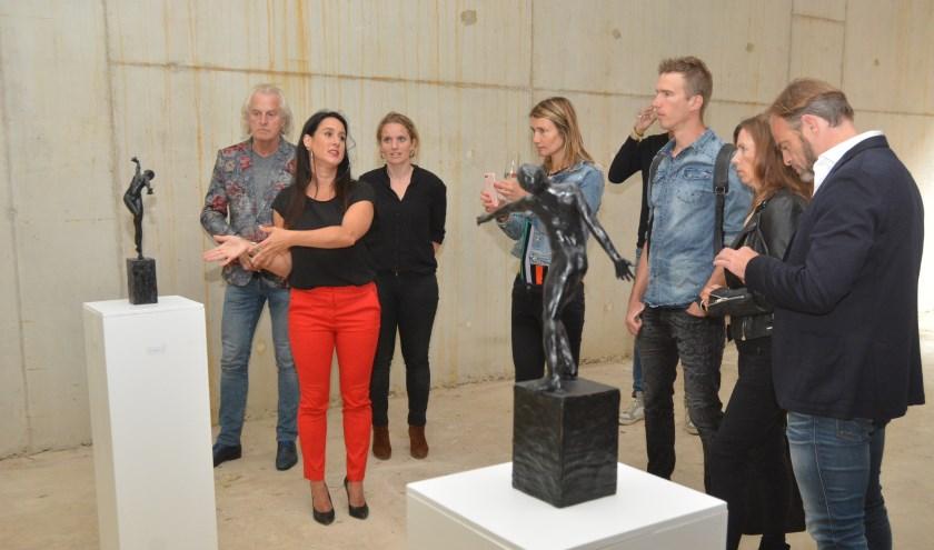 Kunstenares Linette Dijk toonde in juni haar ontwerpen aan een select gezelschap. (Archieffoto: Pieter Vane)