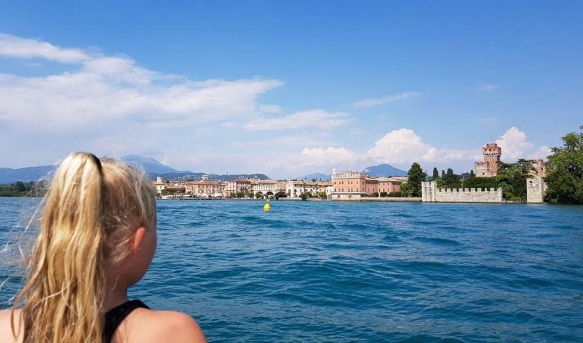 'Onze dochter die uitkijkt vanaf de boot op de prachtige plaats Lazise in Italie.' Ingezonden door Susan van Helden