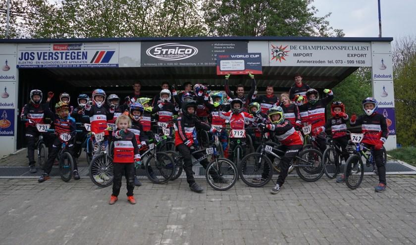 Van Gendt, 's werelds beste BMX'er met trotse racers en begeleiders op de plaat vastgelegd door Rob Jacobs.