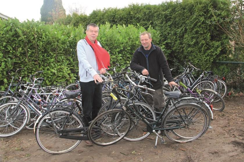 Adri van Zundert (links), de initiatiefnemer van Low Budget Bikes, en Sjon van der Hoeven, de man met de gouden handjes die de fietsen opknapt (archieffoto).