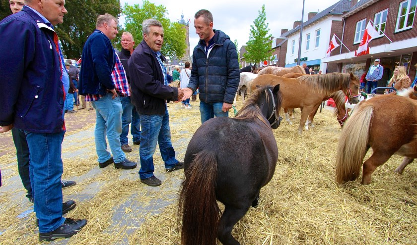 De paardenmarkt is nog steeds een fenomeen in Elst. (foto Kirsten den Boef)