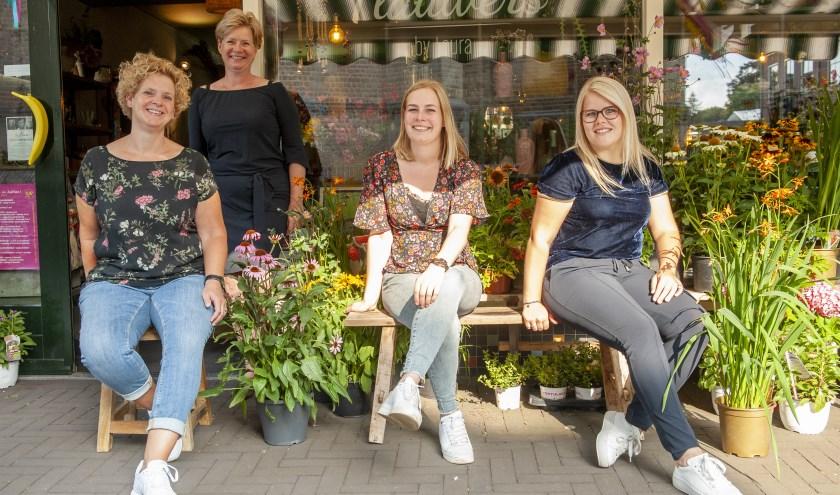 Team Flauwers by Laura: v.l.n.r. Rianne Jansen, Heidi Rave (staand), Laura Testerink en Ilona Timmer. Foto: Hip en Stijl Fotografie