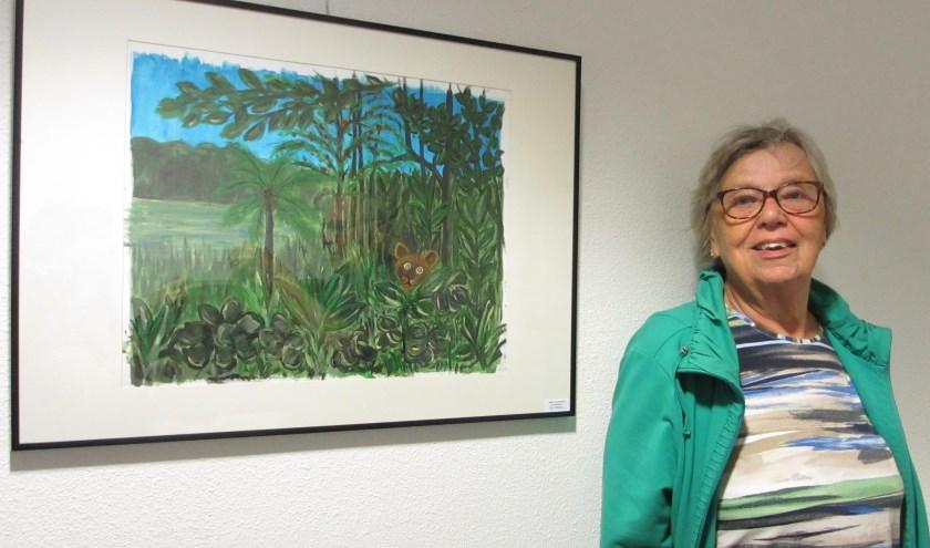 Tiny Verboon naast haar schilderij dat hangt in de Hooghe Clock. Daar heeft de teken- en schilderclub De Hambaken altijd werken hangen.