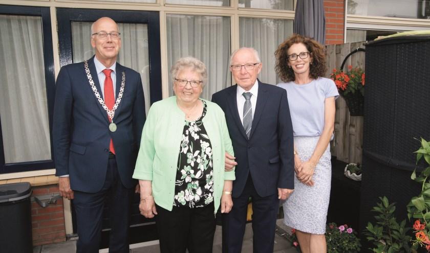 Burgemeester Arend van Hout en zijn partner, met in hun midden het diamanten paar Peperkamp. Beide echtelieden zijn geboren en getogen in Westervoort. Sinds vorig jaar wonen ze aan Het Geerken.