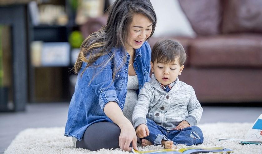 Jonge kinderen en hun ouders met een taalachterstand helpen door middel van voorleessessies en taalspelletjes. (foto: persfoto)