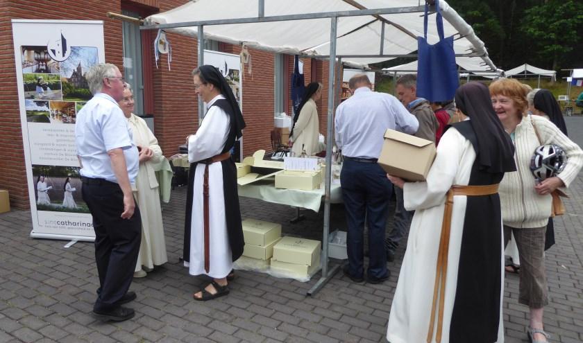 Tijdens de Kloostermarkt op abdij Koningsoord waren zusters van kloosters uit heel den lande aanwezig. (foto: Marnix ten Brinke)