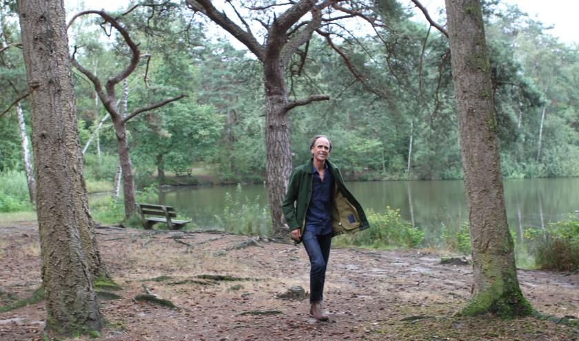 Journalist/auteur Tijs van den Boomen aan de wandel in Veldhoven en omgeving. FOTO: Ad Adriaans.