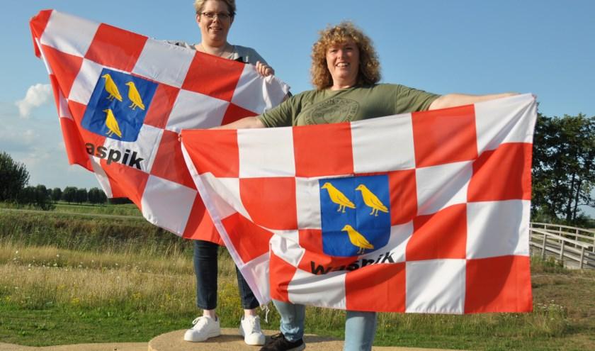 Anita Langermans (rechts) en Rianda Sprangers zijn de initiatiefnemers van de Waspikse vlag.