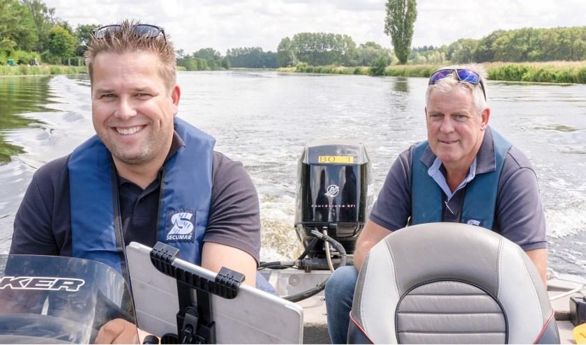 Maikel Noordam en Roel Koekoek zorgen namens Waterschap Vechtstromen dat het veilig varen is op de Vecht. Foto: Paulien Wilkinson