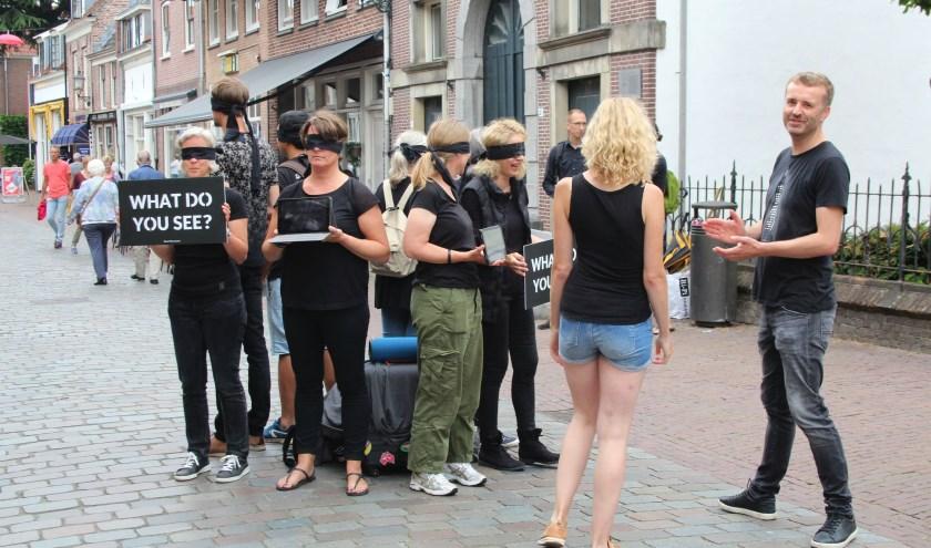 """The Save Movement protesteert niet tegen de barbecue: """"We willen mensen informeren en bewust maken van de gevolgen van vleesconsumptie."""" (Foto: Lysette Verwegen)"""