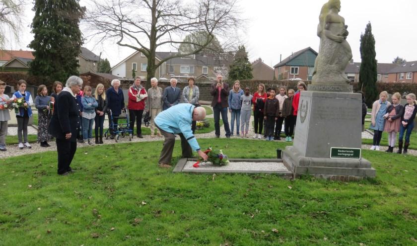 Loek Caspers (links) bij de herdenking vorig jaar bij het monument van 'Piet de Springer' op de begraafplaats in Langbroek. (Archieffoto: John Beringen)