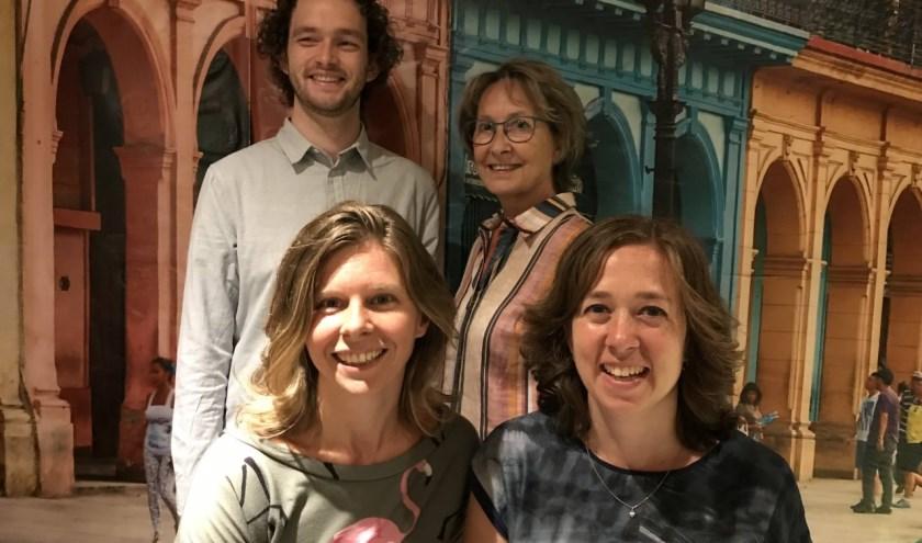 Dirigent Niklas en koorleden Thea, Annet en Tamara van Down Under heten je welkom in de kelder.