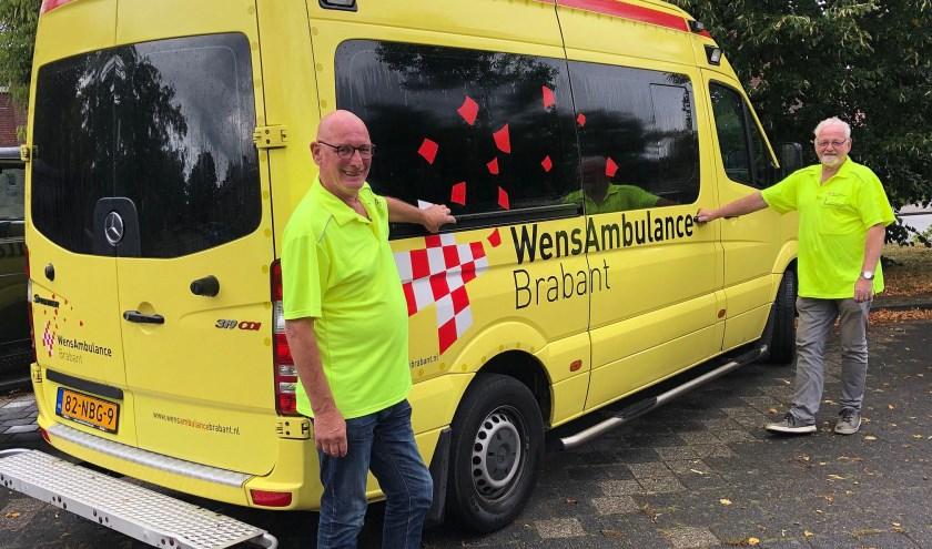 2 chauffeurs bij WensAmbulance Brabant, Cees Huijben en Riny van der Donk, vertrekken 3 oktober naar de Oekraïne. FOTO: Bert Jansen.