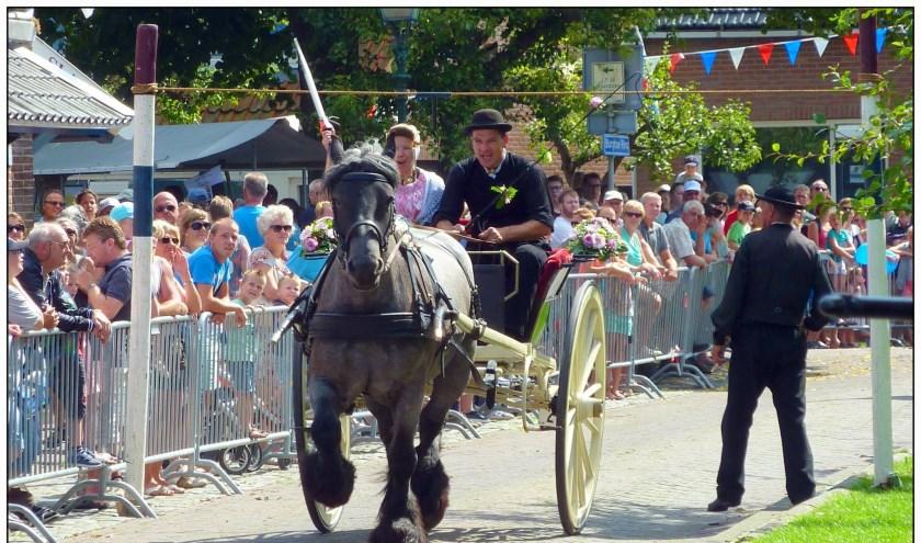 Zeeuwse paarden met bespannen sjezen rijden door het dorp naar de Burghse Ring. FOTO: PR