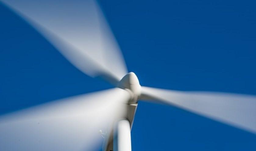 Er komen tweewindmolens voor het opwekken van windenergie.