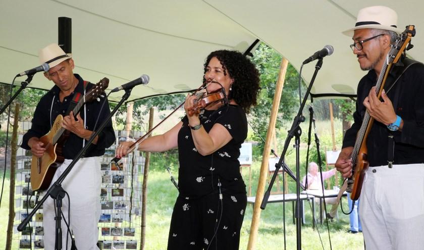 In 2018 luisterde de akoestische band 'Sol Y Luna' het dorpsdiner op met Latijns Amerikaanse muziek. Foto: Theo van Sambeek.