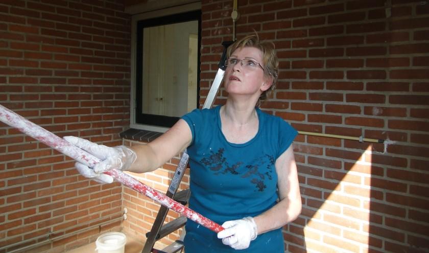 Christina Nedermeijer hard aan het werk in de Buurtkamer.
