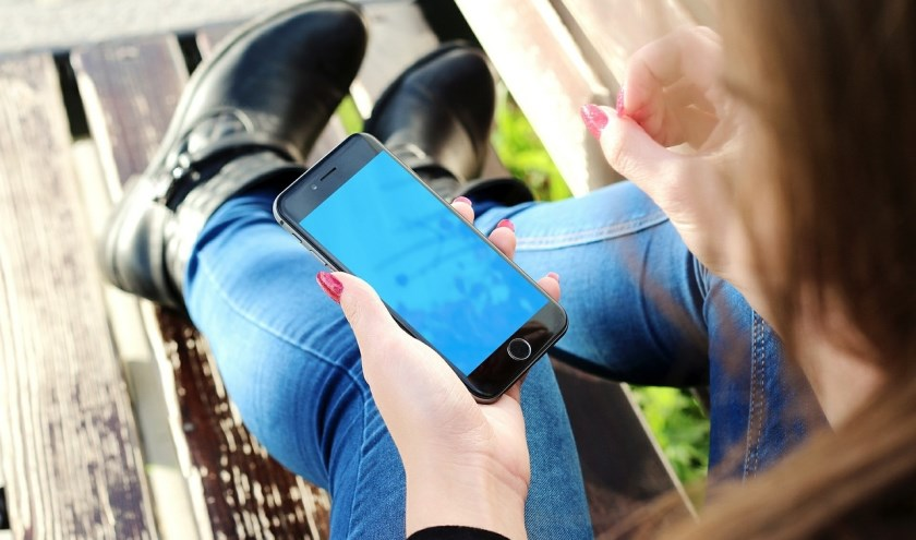 De mobiele telefoon is niet zelden de grote boosdoener voor het rood staan bij de bank  jongeren.