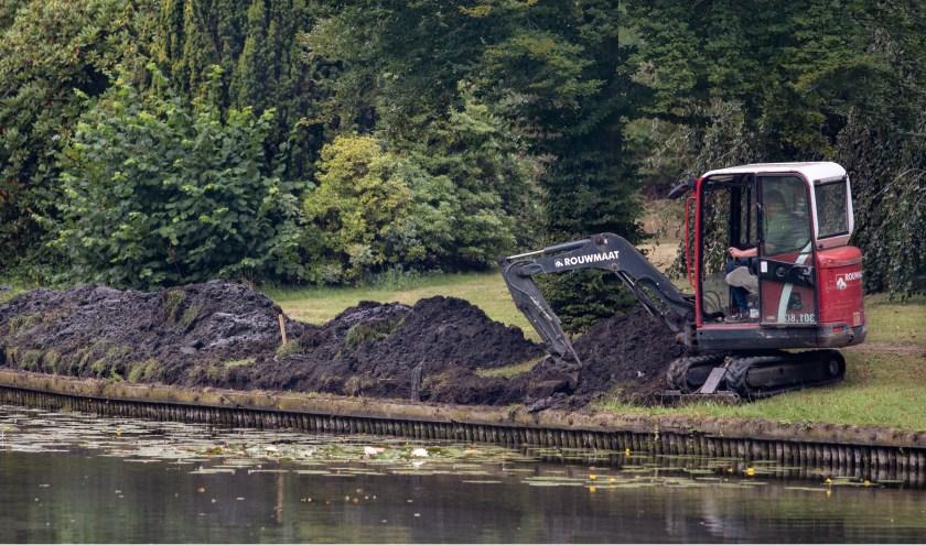 Een klein kraantje is begonnen met de renovatie van de grachtkanten. Foto: Marcel Houwer