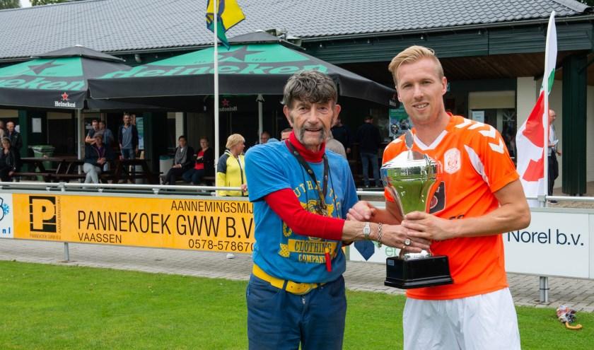 Lorenzo van Gortel van vv Emst neemt de Fair Plai Cup 2018-2019 in ontvangst van sportverslaggever Arend Vinke. (foto: Dennis Dekker, mediamagneet.nl)
