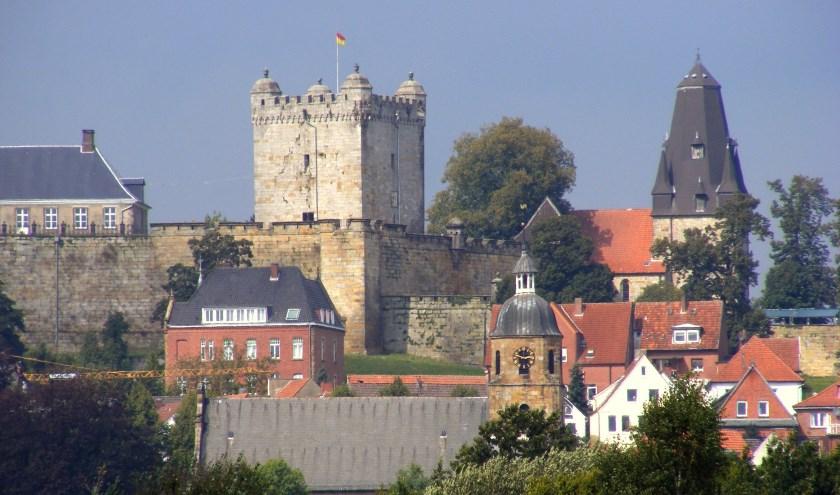 Bad Bentheim met het kasteel. Er worden fietstochten gehouden naar deze plaats net over de grens.