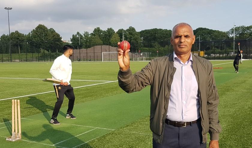 Iqbal Din, adviseur van Ghausia, bij de pitch op Sportpark Olympia. Tussen twee kunstgrasvelden is een verharde strook voor cricket aangelegd die met touwen tijdelijk kan worden omlijnd. (Foto: Emile Hilgers)