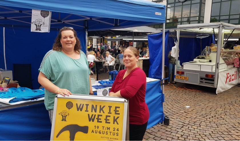Jinnie Bodt (links) en Evelien Nijenhuis staan tijdens de Braderie in de Winkiestand. 'De Winkieweek is weer in aantocht.'