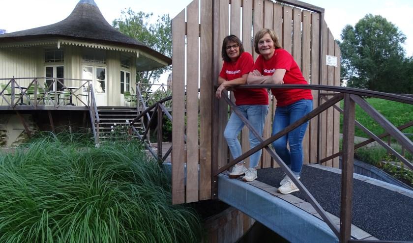 Joke Boon (links en Marjon Crezee voor het Theehuis in Oudewater, dat de locatie belangeloos ter beschikking stelt voor het goede doel. (Foto: Margreet Nagtegaal)