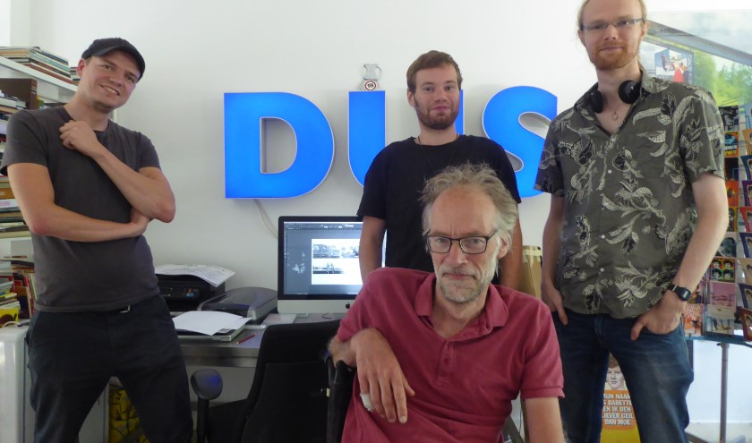 Jasper van Broekland (helemaal links) en in het midden onder Joost Overbeek, samen met twee andere medewerkers van Alleburen.