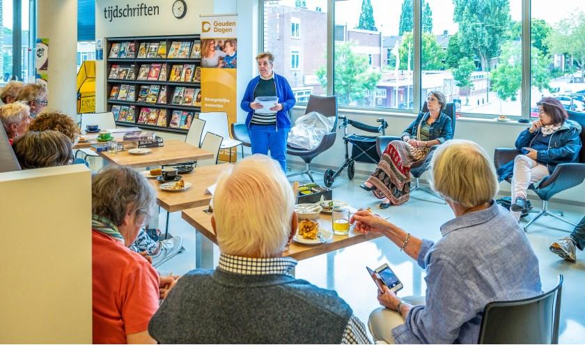 Anita Rietveld vertelt haar sprookje 'De trein met de vierkante wielen' tijdens de opening van de tentoonstelling Sprookjesland bij IDEA Bibliotheek Bilthoven.