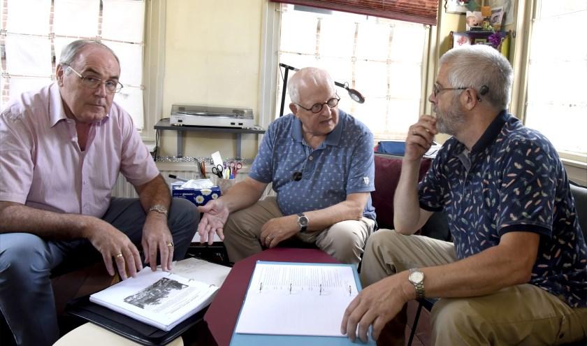 Onderzoeker Hans Suijs (midden) neemt het script door met Peter Meijer (r). Jan van Ingen 4-5 mei comité hoopt op financiële steun van de provincie voor het project. Foto: Marianka Peters